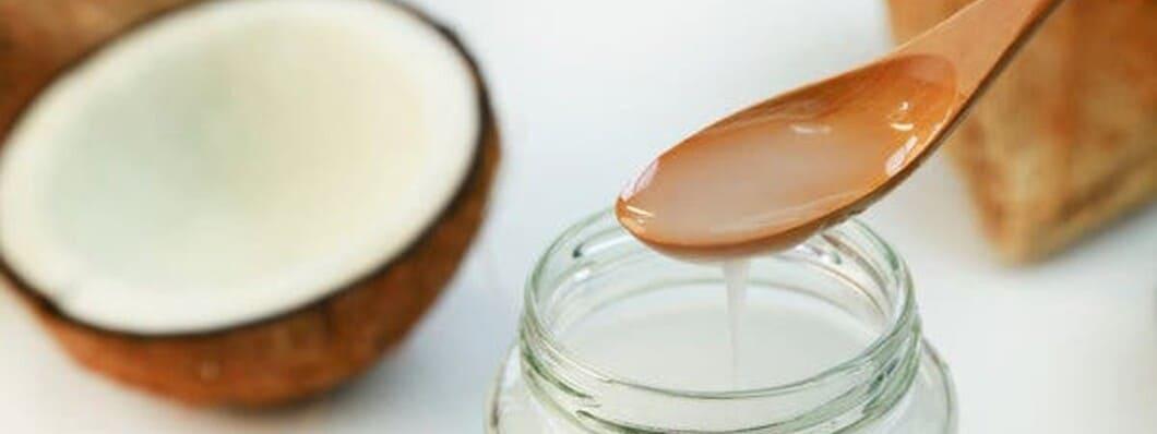 När du använder kokosolja till kroppen får du bäst effekt om du använder dig av kallpressad