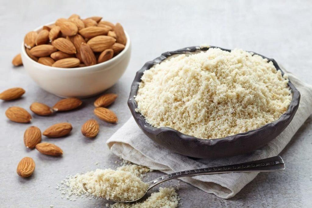 Mandelmjöl tillverkas av vanliga ordinära sötmandlar