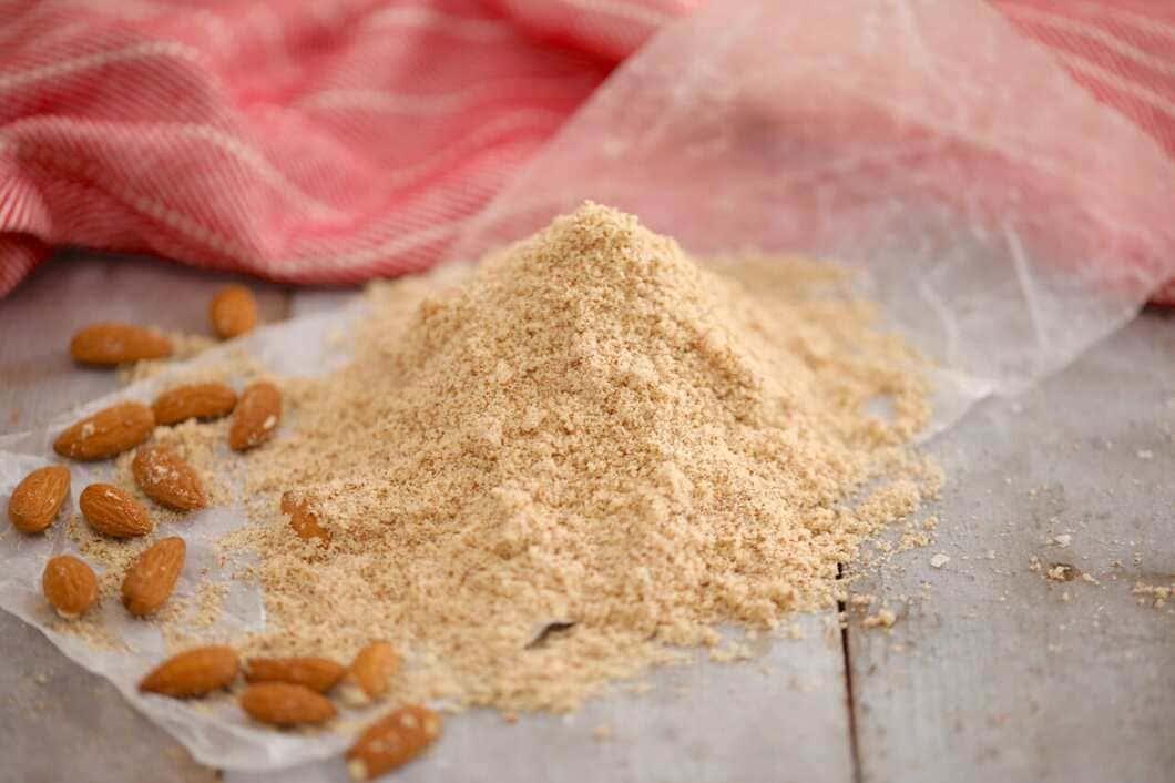 Det färdiga mandelmjölet blir, tack vare sitt ursprung i nötterna, rikt på protein