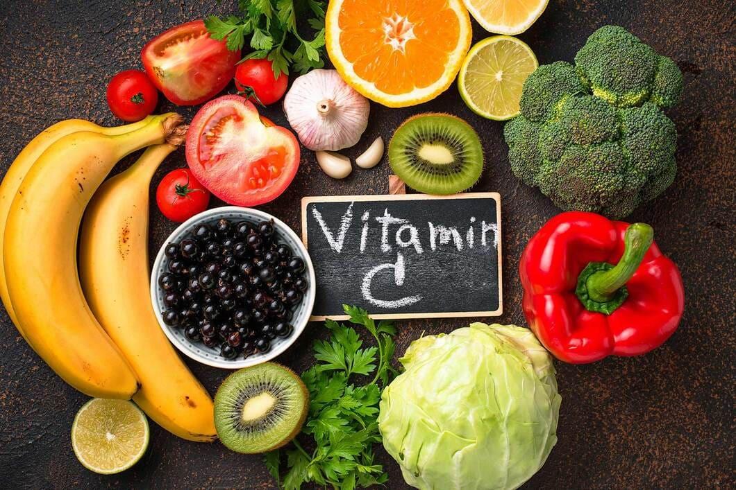 Brist på vitamin C uppkommer främst hos personer med ätstörningar, alkoholism och hos personer som är kroniskt sjuka